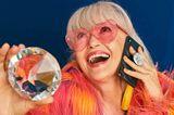 Glitzer, glitzer, bling... Leute, die alles haben und auch gerne alles zeigen, werden dieses Teil lieben. Superpraktisch und über und über mit Swarovski-Steinchen veredelt: Pop sockets Accessoires, ab 59,99 über pearl.de