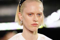 Bleached Brows: Model mit gebleichten Brauen