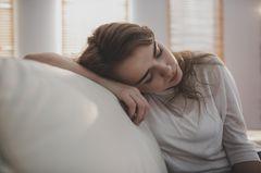 Hashimoto Symptome: Müde Frau