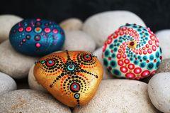 Steine bemalen: Bunt bemalte Steine