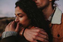 Gefühle, die du nicht mit Liebe verwechseln solltest: Nachdenkliche Frau von Mann umarmt