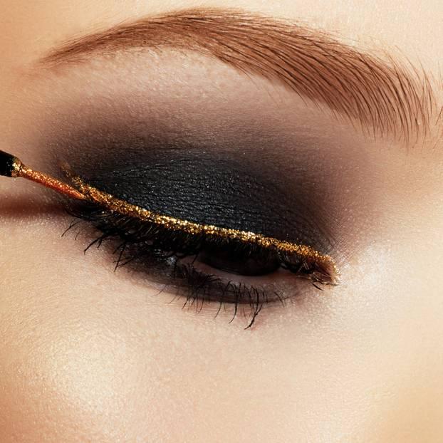 Festtags-Make-up: Frau mit Glitzereyeliner