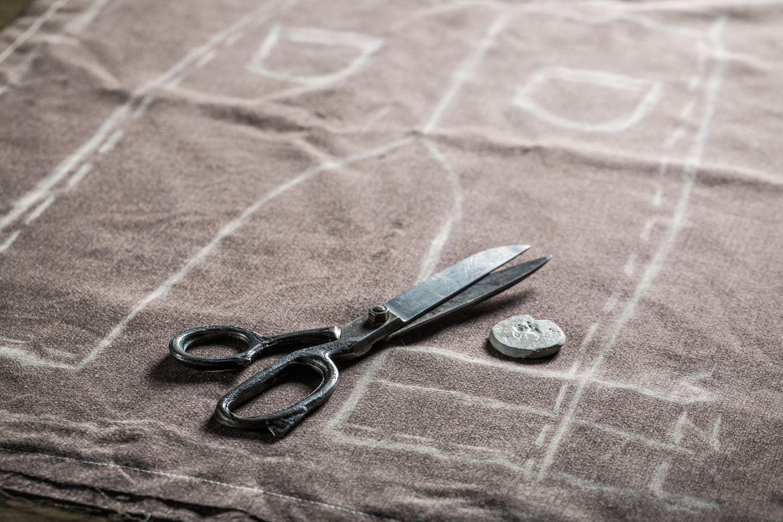 Hose nähen: Schere und Knopf auf Schnittmuster
