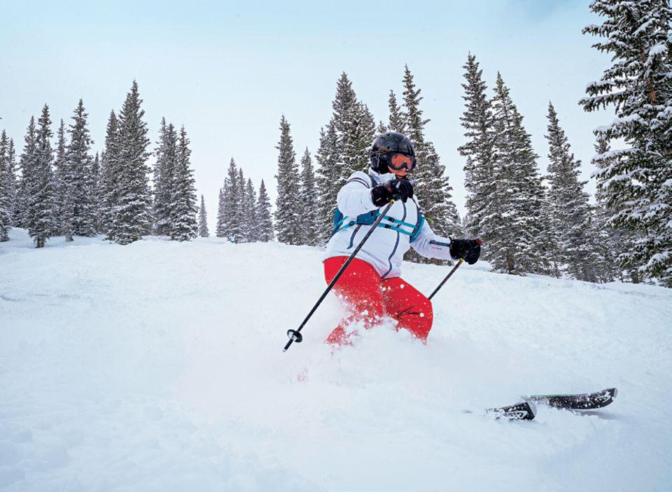 Skifahren Aspen: Skifahrerin fährt Piste runter