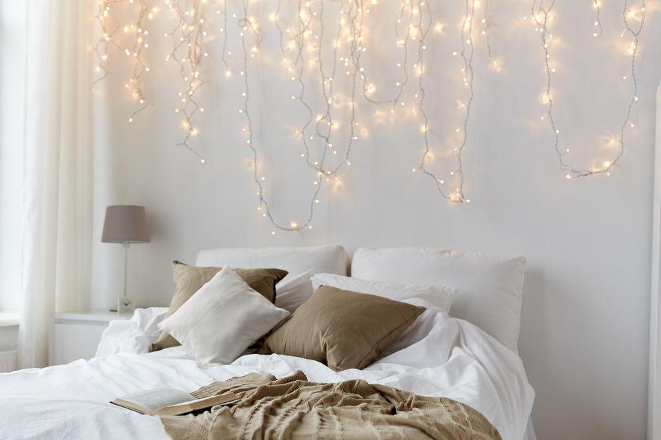 Schlafzimmer gemütlicher machen: Lichterketten über dem Bett