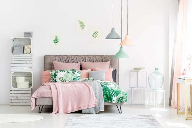 Schlafzimmer gemütlicher machen: Bunte helle Bettwäsche