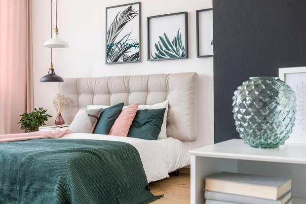 Schlafzimmer gemütlicher machen: Regal mit Bücher und Vase in der Ecke