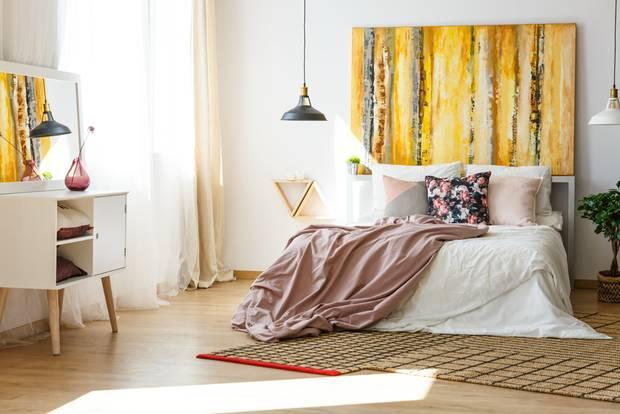 Schlafzimmer gemütlicher machen: Beige Vorhänge und weiße Gardinen