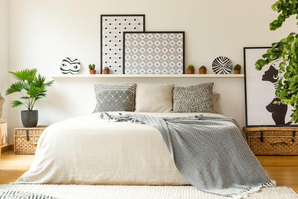 Schlafzimmer gemütlicher machen: Eingerahmte Bilder über und neben dem Bett