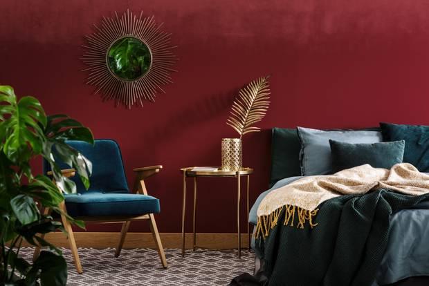 Schlafzimmer gemütlicher machen: Sesselstuhl und Tisch neben Bett