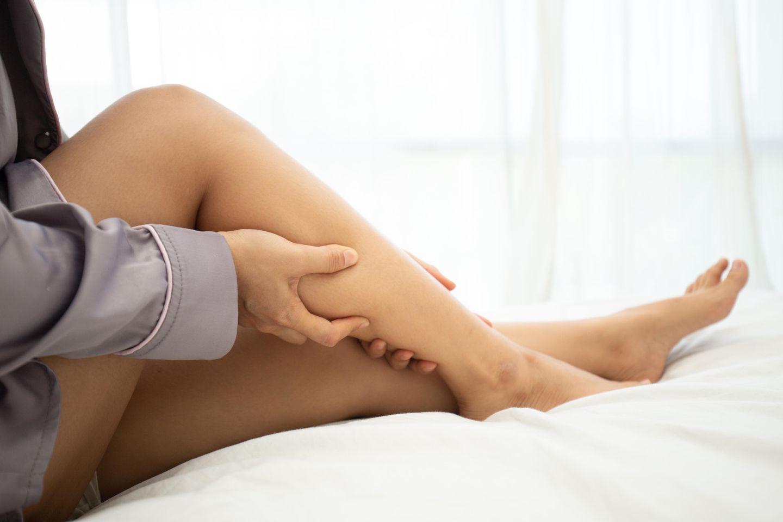 Muskelverhärtung: Frau massiert ihr Bein