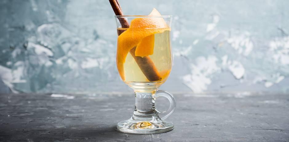 Glüh-Gin: Glüh-Gin im Glas mit Zimt und Orangenschale
