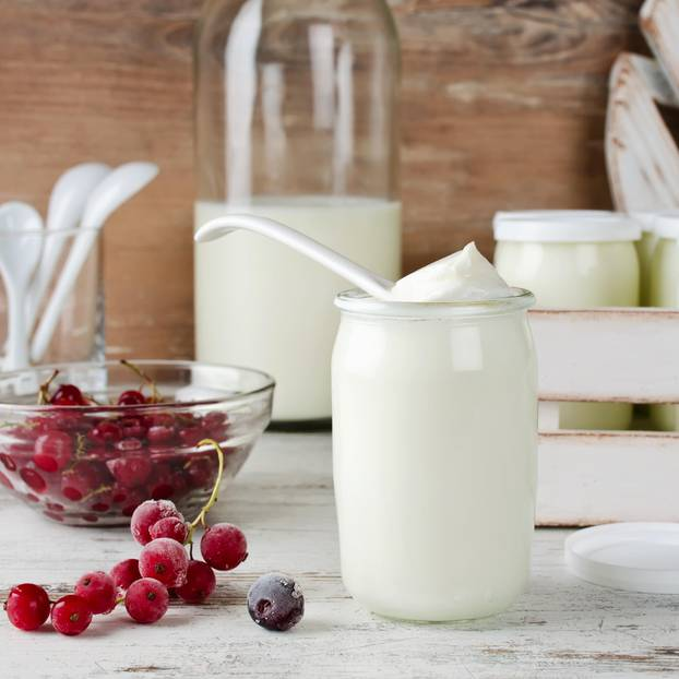Joghurt selber machen: So gelingt es mit und ohne Maschine: Glas gefüllt mit Joghurt, daneben eine Schale mit Beeren
