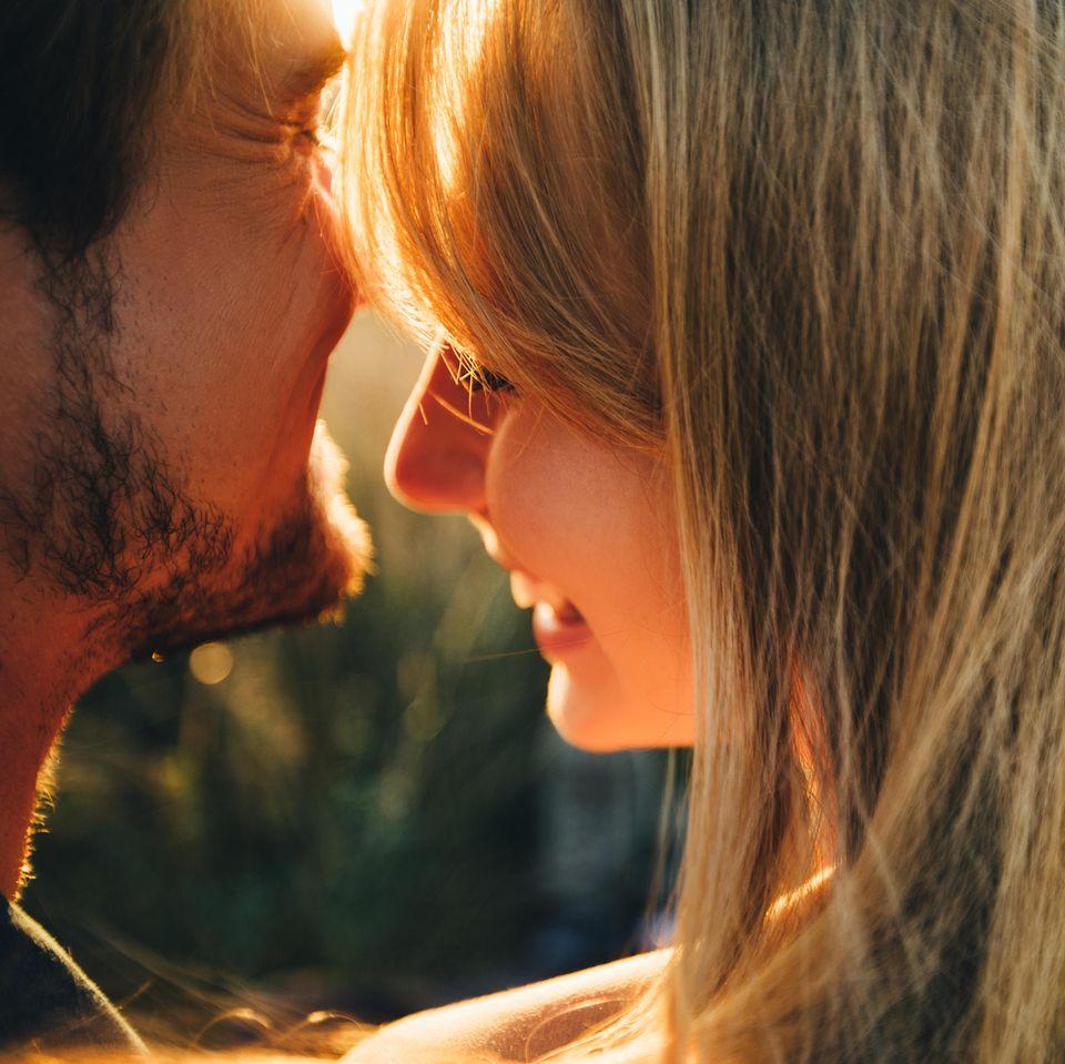 5 Sätze, die nur glückliche Paare sagen: Frau und Mann sprechen lachend