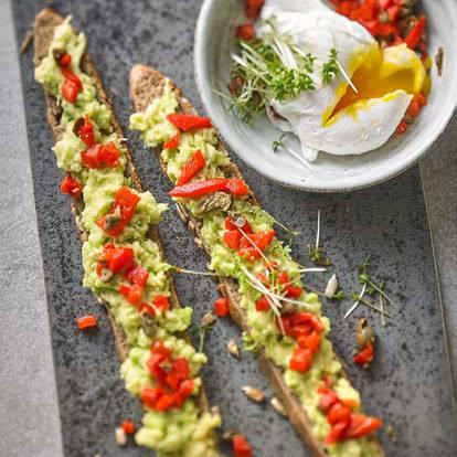 Brot mit Avocado, Ei und Paprika