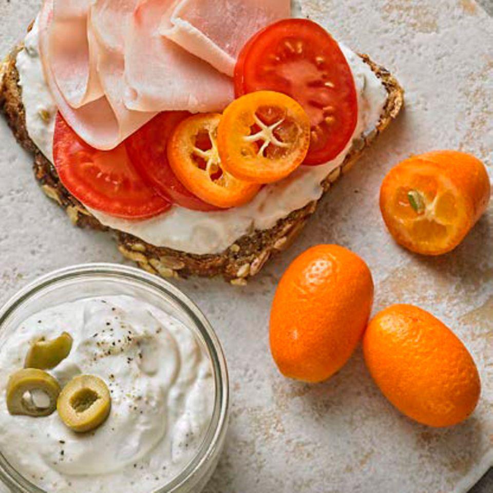 Tartine mit Oliven-Meerrettich-Creme