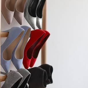 Schuhschrank selber bauen: Schuhe am Schrank aufgehangen