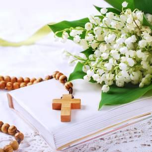 Konfirmation Deko: Blumen und Kreuz als Tischdeko