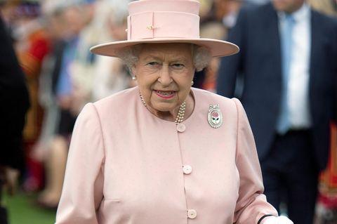Queen Elizabeth II. im rosafarbenen Mantel