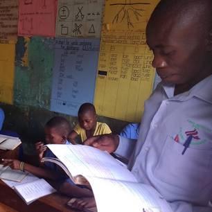 Eine Klassenzimmer in Uganda: Kinder lernen