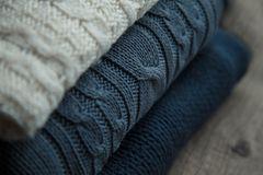 Muster stricken: Pullover mit Muster gestapelt