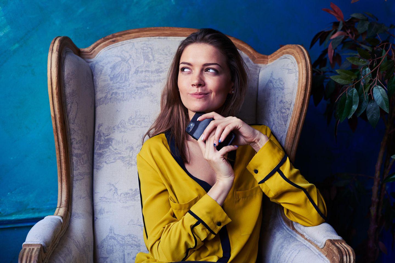 Meist-gegoogelte Beauty-Frage 2018: Frau mit Smartphone in der Hand