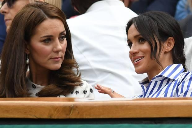 Herzogin Kate sieht Herzogin Meghan an