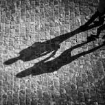 Paar: Schatten auf dem Gehweg