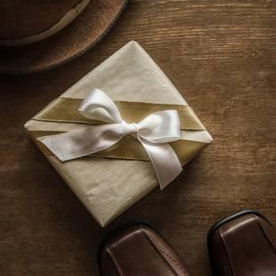 Mann öffnet Weihnachtsgeschenk nach 48 Jahren: Altes Geschenk vor den Füßen eines Mannes