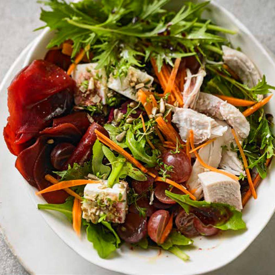 Hähnchen-Salat mit Schafskäse, Weintrauben und Holunderbeeren-Dressing