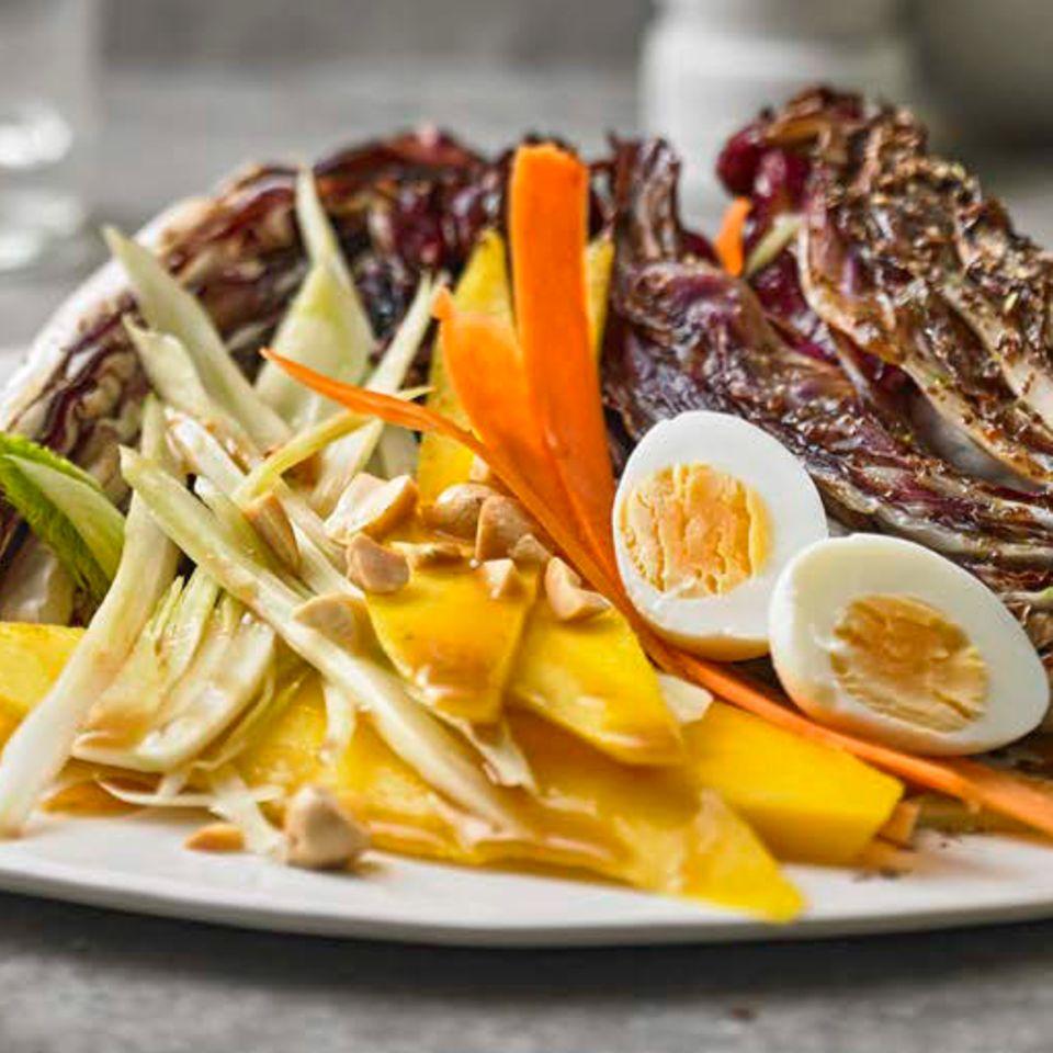 Erdnuss-Fenchel-Salat mit Wachtelei