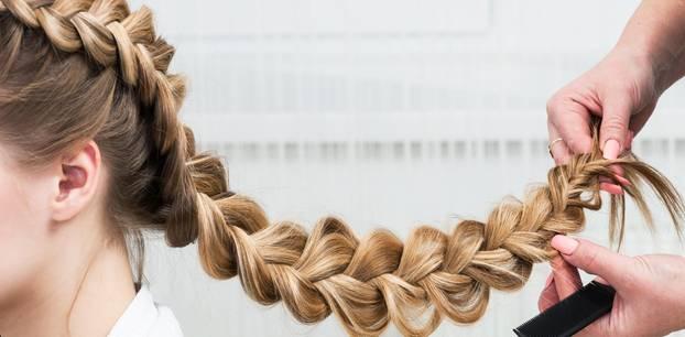 Flechtfrisuren: Lange Haare werden zum Zopf geflochten