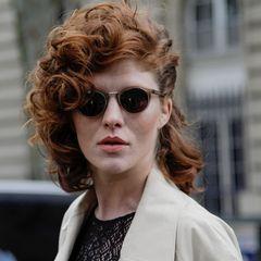 Frisuren für Locken: Frau mit Locken-Frisur und Sonnenbrille