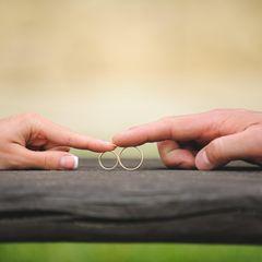 3 Kriterien, nach denen Männer die Frau fürs Leben auswählen: Frauenhand, Männerhand mit Eheringen