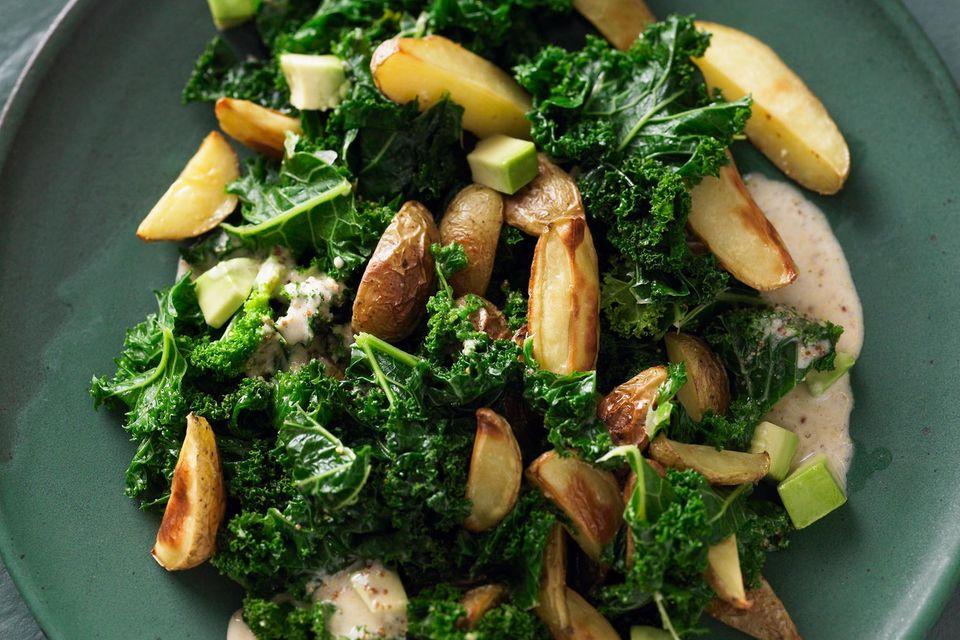 Kohlgerichte für einen deftigen Winter: Lauwarmer Grünkohlsalat