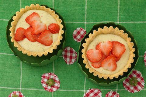 Milchcremetörtchen mit Erdbeeren