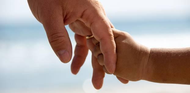 Mutter stirbt an Krebs, 3-Jähriger tröstet Vater: Kleinkindhand hält Vaterhand fest