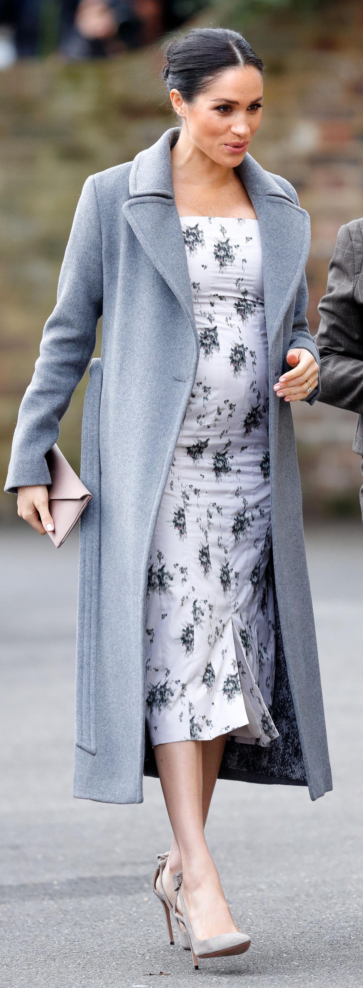 Herzogin Meghan in einem grauen Mantel