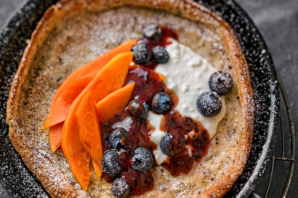 Dutch Baby (Ofenpfannkuchen) mit Heidelbeeren und Papaya