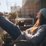 Laura Malina Seiler: Frau sitzt auf Balkon in der Sonne