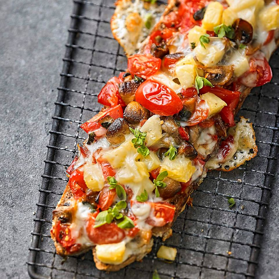 Paprika-Crostini mit Taleggio