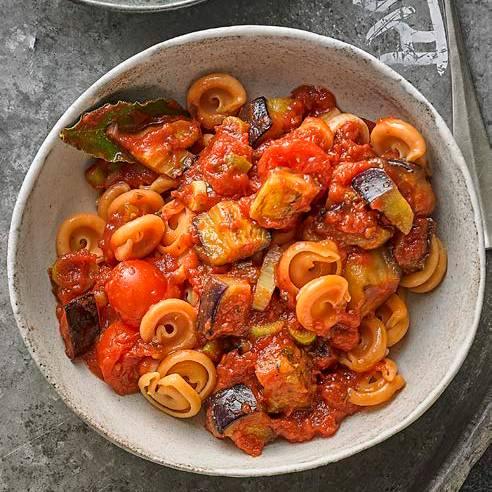 Auberginen-Ragout mit Linsen-Pasta und Rauke-Salat