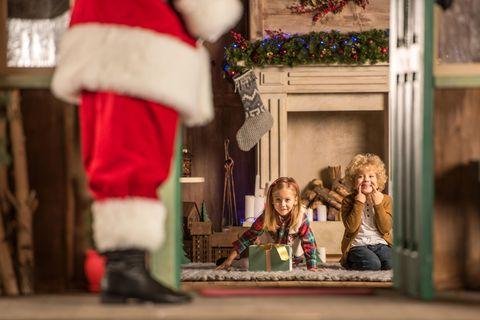 Weihnachtsmann vor Kindern