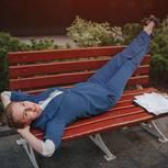 Richtig kündigen: Frau relaxt auf Bank