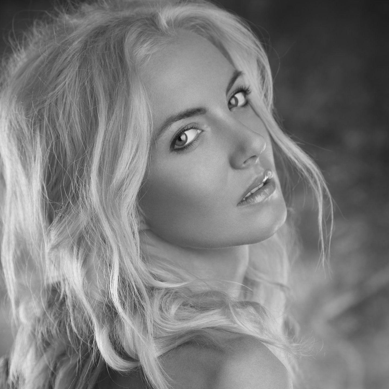 """Die rumänisch-kanadische Sängerin Anca Pop (34, """"More than you know"""") kam am 16. Dezemberbei einem Autounfall im Südwesten Rumäniens ums Leben.Die Sängerin stürzte mit ihrem Wagen in die Donau. Die genauen Umstände des Unfalls sind noch ungeklärt. Eigentlich war die Sängerin auf dem Weg zu ihrer Familie."""