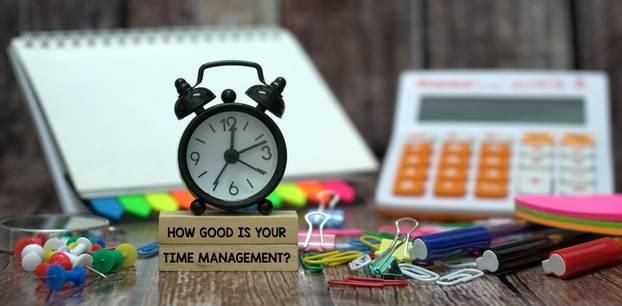 Zeitmanagement-Methoden: Uhr und Büroartikel