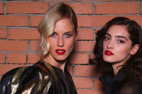 Silvester-Frisuren: Zwei Frauen mit Wellen in den Haaren