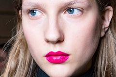 Party-Make-up: Frau mit pinkem Lippenstift