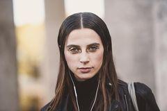 Party-Make-up: Frau mit goldenem Augen-Make-up