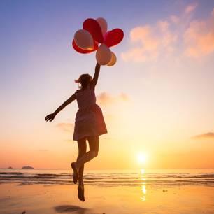 Ellen Langer: Eine Frau mit Luftballons am Meer